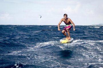 kai-lenny-con-una-nueva-tabla-sup-en-hawái-volando-sobre-el-océano