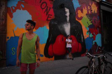 Sebastián y Luciano en el mural de Joey Ramone a unos metros del CBGB.